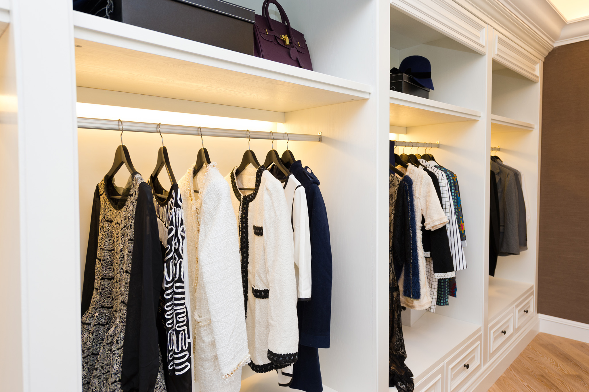 walk in closet, white wardrobe design, wardrobe storage solutions