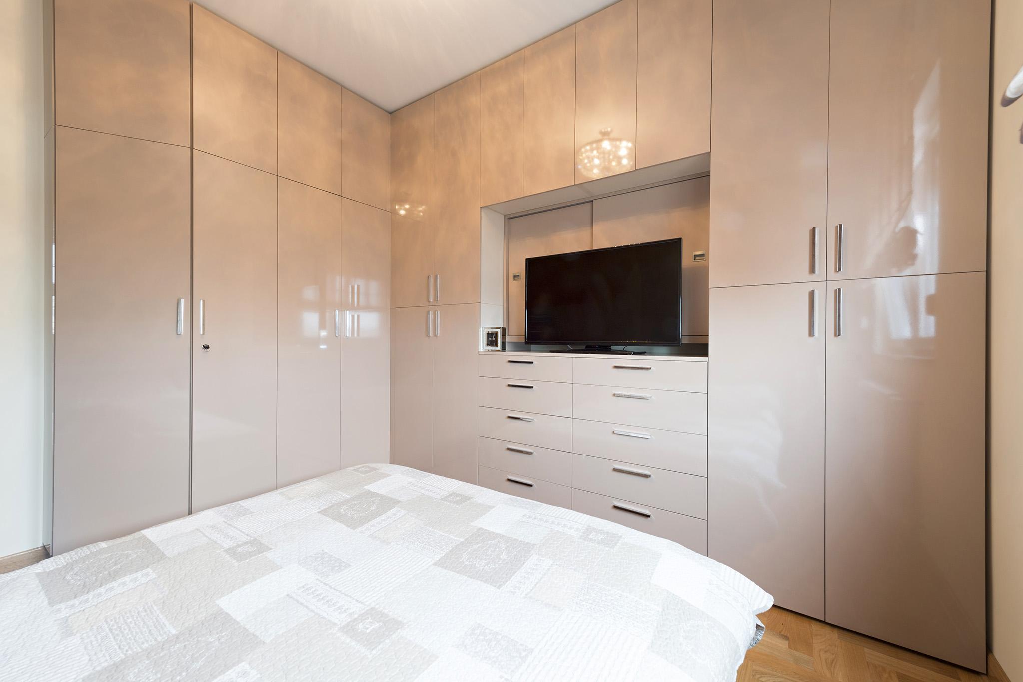 corner wardrobe, fitted wardrobe, wardrobe with tv space, modern wardrobe