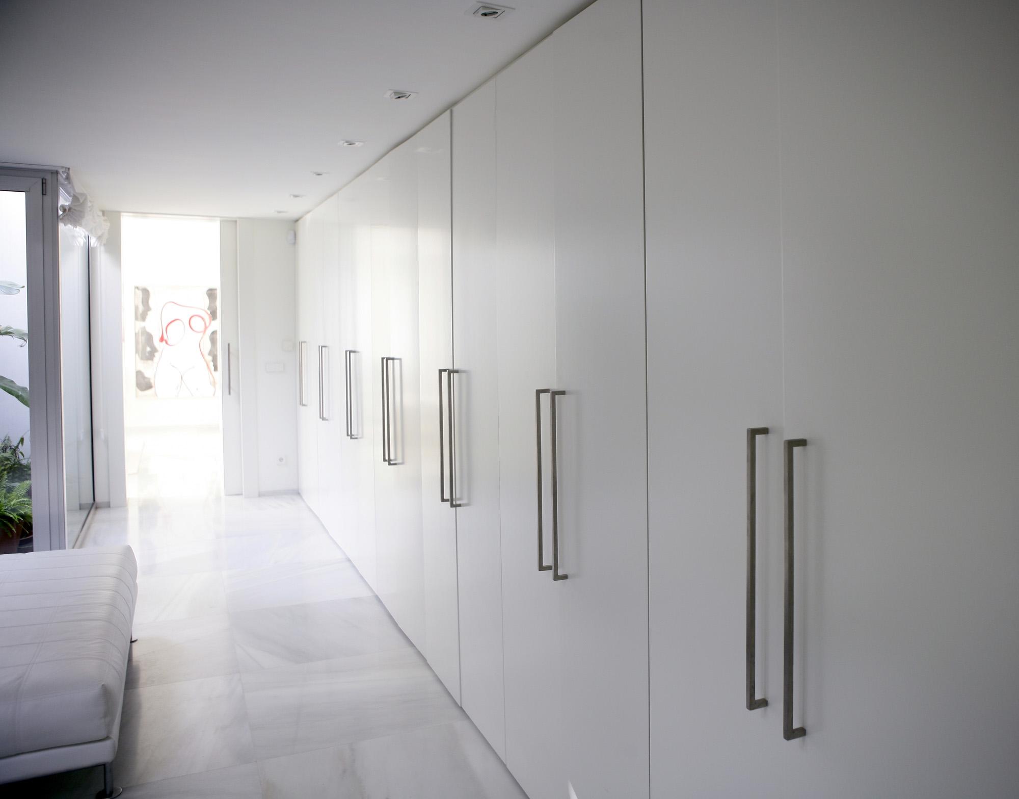 fitted bespoke wardrobes, white wardrobe, shaker wardrobe doors, wardrobe top cupboard